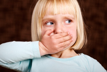 A girl holds on to his mouth: Stuttering is felt by many stakeholders as unpleasant.