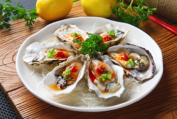 A plate with six oysters.